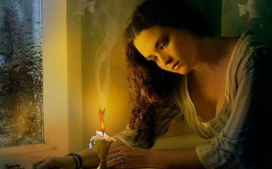 Обои Девушка плачет над горящей свечой, вспоминая любимого мужчину