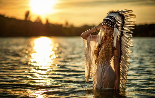 Обои Модель Venkara стоит на озере в индейском наряде, фотограф Miki Macovei