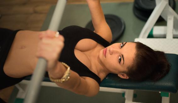 Обои Модель Марина Шимкович / Marina Shimkovich занимается спортом на тренажерах
