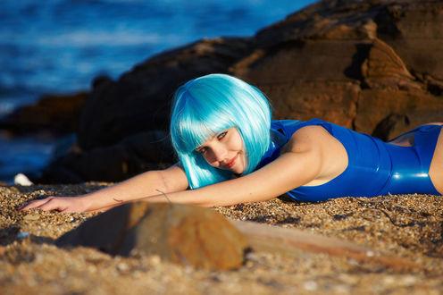 Обои Amelie с голубыми волосами лежит на пляже