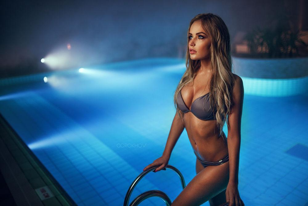 seks-foto-krasivih-muzhchin-v-basseyne-frantsuzskoy-pevitsi-alize