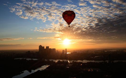Обои Красный воздушный шар летит над городом