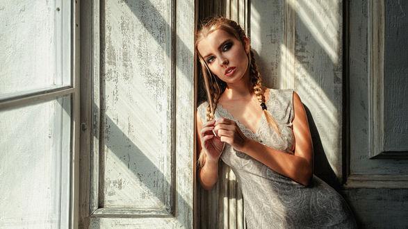 Обои Девушка стоит у окна, фотограф Георгий Чернядьев