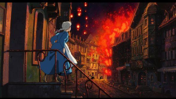Обои Испуганная Sophie Hatter / Софи Хаттер стоит на крыльце и смотрит на ночной пожар из аниме Howls Moving Castle / Ходячий замок Хаула, art by Hayao Miyazaki