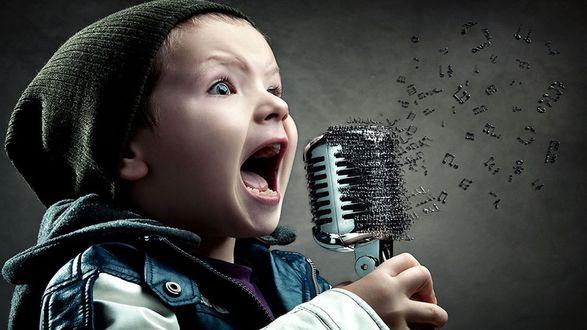 Обои От волшебного сильного голоса мальчика Джельсомино, от микрофона отрываются и улетают вдаль знаки музыкальных нот
