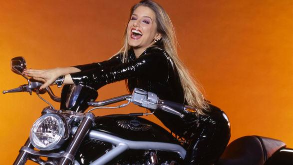 Обои Немецкая певица и актриса Жанетт Бидерманн / Jeanette Biedermann задорно смеется, сидя на байке