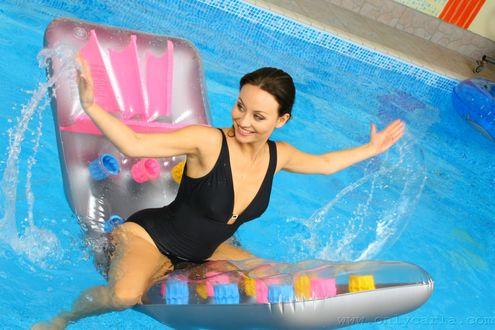 Обои Английская модель Карла Браун / Charles Brown, сидит на надувном матрасе в бассейне