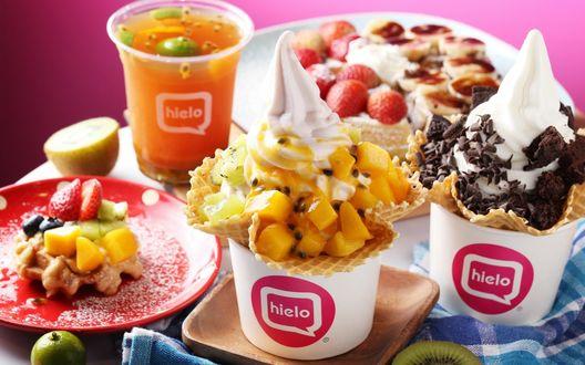 Обои Изобилие десертов из кафе Hielo: фруктовый коктейль, йогурты с фруктами, вафлями и шоколадом, а так же бельгийская вафля с фруктовой нарезкой и клубничкой