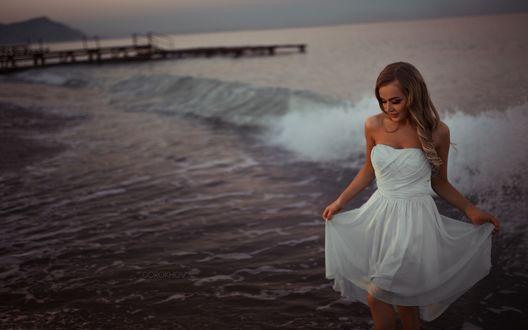 Обои Девушка в белом платье на фоне вечернего моря и волн, фотограф Gorokhov / Горохов