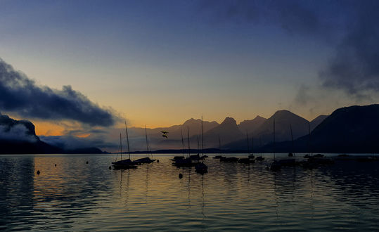 Обои Ранее утро на озере с дрейфующими небольшими парусниками, фотограф Simon Krieg