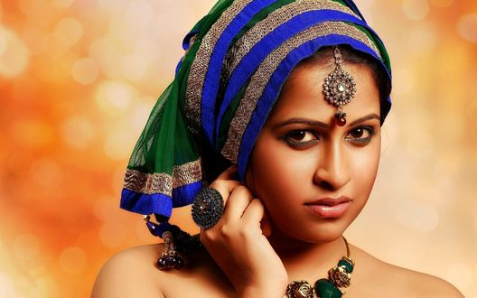 Обои Актрисса Болливуда Sadhika Venugopal с украшениями