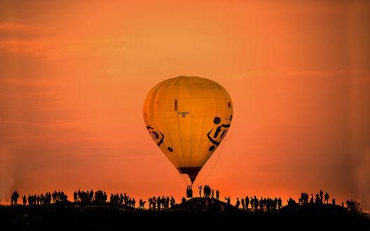Обои Люди на фоне красного-закатного неба, провожают в полет желтый воздушный шар, by Q-lieb In