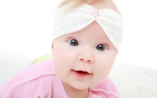 Обои Маленькая девочка с сияющими глазками смотрит в камеру