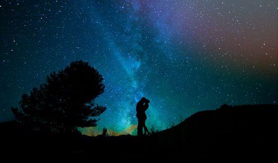 Обои Объятья влюбленных, на фоне ночного неба, силуэты одинокого дерева и холмов, фото + компьютерная графика, by Cocoparisienne