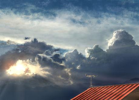 Обои Крыша дома с антеной под облачным небом