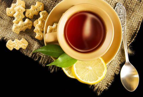 Обои Чай с лимоном в желтой кружке на столе, на грубой скатерти, рядом россыпь печенья с маком