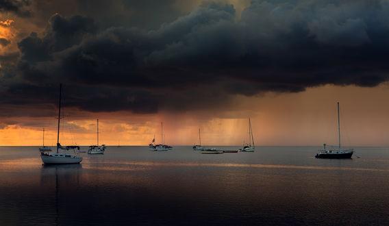 Обои Лодки на воде под мрачным облачным небом, фотограф Alexandru Popovschi
