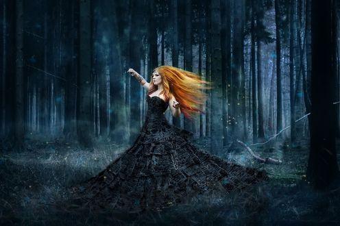 Обои Рыжеволосая девушка в мистическом лесу