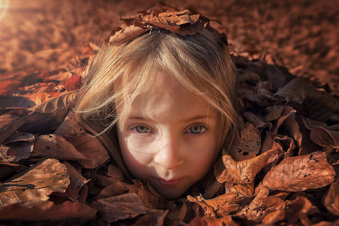 Обои Девочка под осенней листвой, фотограф John Wilhelm