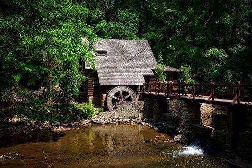 Обои Водяная мельница на фоне моста, небольшой реки и деревьев, by David Mark