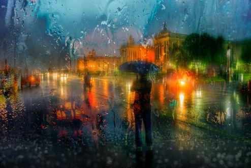 Обои Человек стоит с зонтом под проливным дождем, фотограф Ed Gordeev