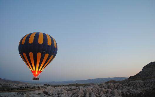 Обои Воздушный шар летит над горами