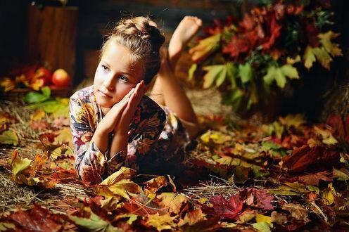 Обои Девочка лежит на осенней листве, положив голову на руки, by Oksana Kraft