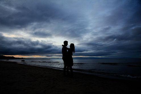 Обои Пара влюбленных на фоне моря и вечернего неба, by Oksana Kraft