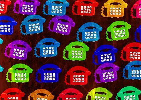 Обои Множество разноцветных телефонов
