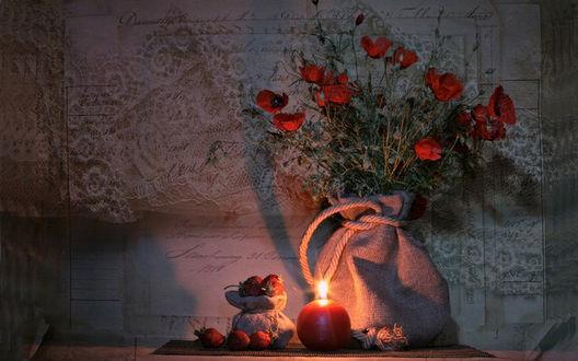 Обои Натюрморт из маков и ягод клубники в мешочках, с горящей круглой свечой, на фоне кружевной ткани, фотограф Вероника Бабенко