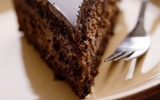 Обои Кусок шоколадного торта на тарелке с вилкой
