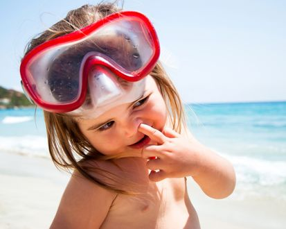 Обои Девочка в очках для плаванья, ковыряет пальчиком в носу