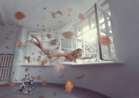 Обои Девушка парит в воздухе в комнате в окружении осенних листьев, фотограф Светлана Голицына