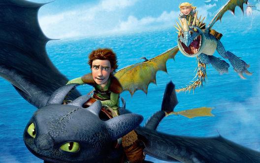 Обои Иккинг летит в небе на своем драконе Беззубике, за ним летит Астрид на Громгильде, мультфильм Как приручить дракона / How Train Your Dragon