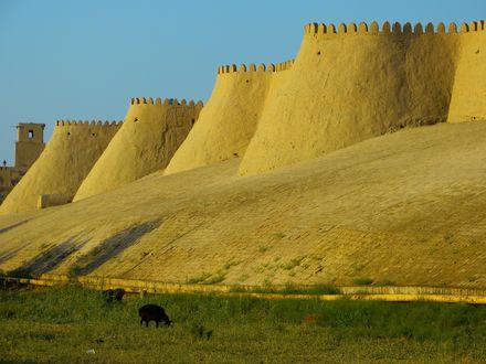 Обои Хива, зубцы городской стены на фоне неба