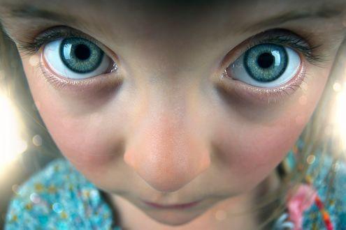 Обои Лицо девочки с большими синими глазами