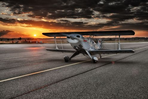 Обои Самолет на взлетной полосе на фоне закатного неба