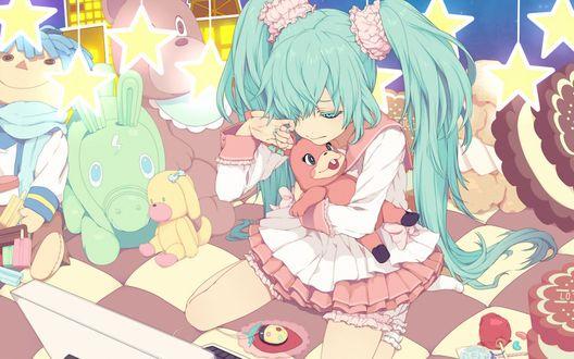 Обои Vocaloid Hatsune Miki / Вокалоид Хатсуне Мику сидит перед ноутбуком среди игрушек и плачет, обнимая плюшевого зайца