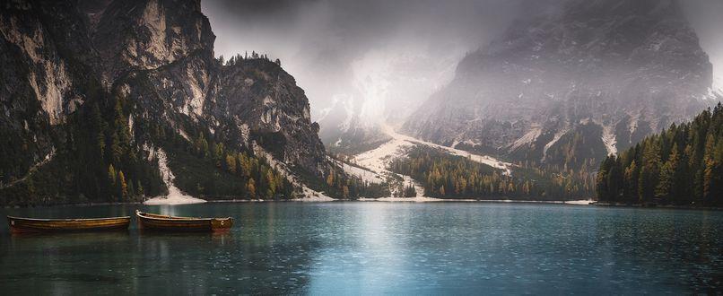 Обои Лодки на озере, окруженном заснеженными горами и лесами