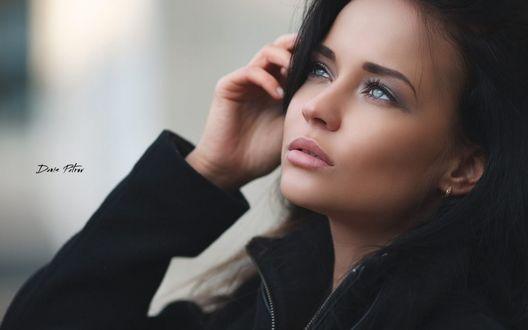 Обои Красивая модель Ангелина Петрова стоит у окна
