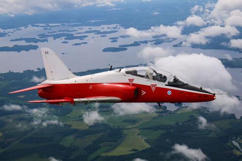 Обои Летящий реактивный самолет с красно-белой расцветкой