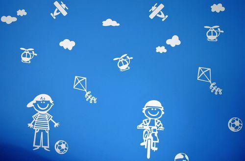 Обои Мальчик с мячом, мальчик едет на велосипеде, воздушные змеи, вертолеты, самолеты на голубом фоне