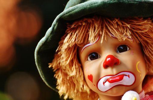 Обои Разрисованное лицо игрушки мальчика клоуна