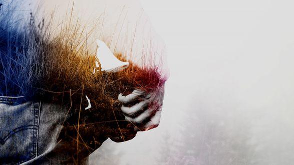 Обои Человек с камерой в руке, верхняя часть человека выполнена в виде поля с травой
