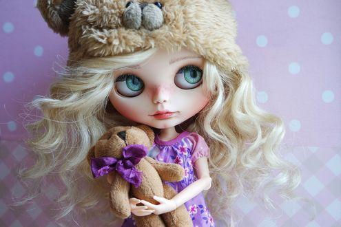 Обои Светловолосая девушка кукла с мишкой в руках
