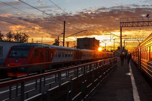 Обои Поезд и люди на железнодорожном вокзале, фотограф Ирина Федорова