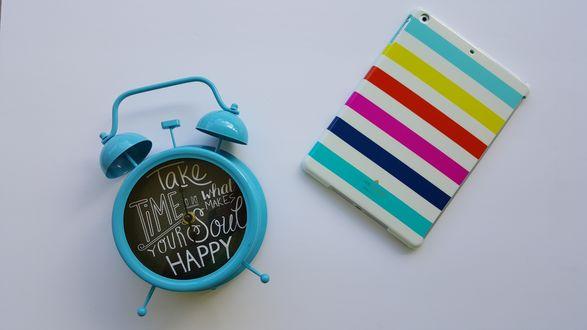 Обои Мобильный телефон в полосатом чехле и голубой будильник с надписью Take time to what make your soul happy / Выдели время на то что делает твою душу счастливой