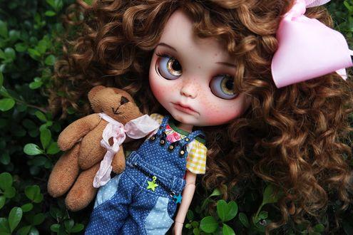Обои Девушка кукла с волнистыми волосами с игрушечным мишкой