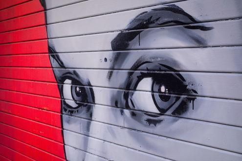 Обои Граффити на стене, лицо девушки