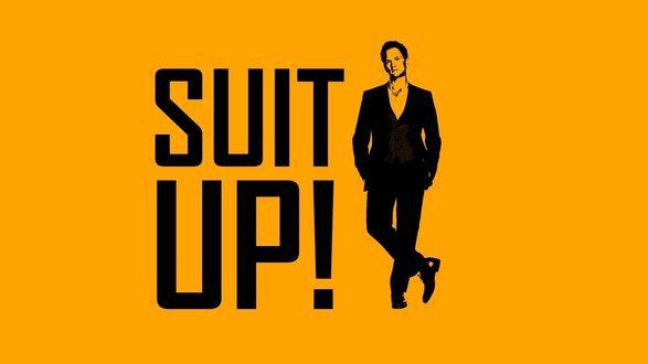 Обои Нил Патрик Харрис / Neil Patrick Harris в образе Барни Стинсона / Barney Stinson из сериала Как я встретил вашу маму / How I Met Your Mother с надписью Приоденься!/Suit up!